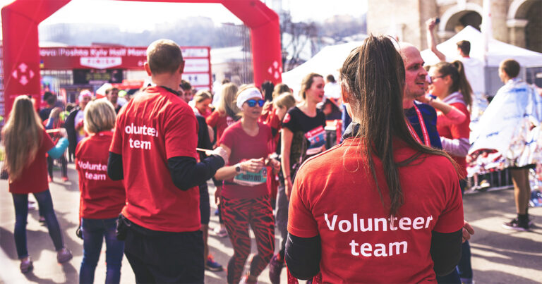 Volunteers helping at a marathon race for volunteers into donors featured image.